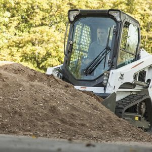 t450-bobcat-compact-track-loader-piling-dirt.jpg_Interflow - JPG - Fit to Box_600_500_true